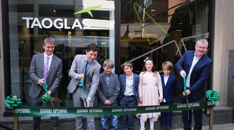 Taoglas CEO's and Minneapolis Mayor cut ribbon